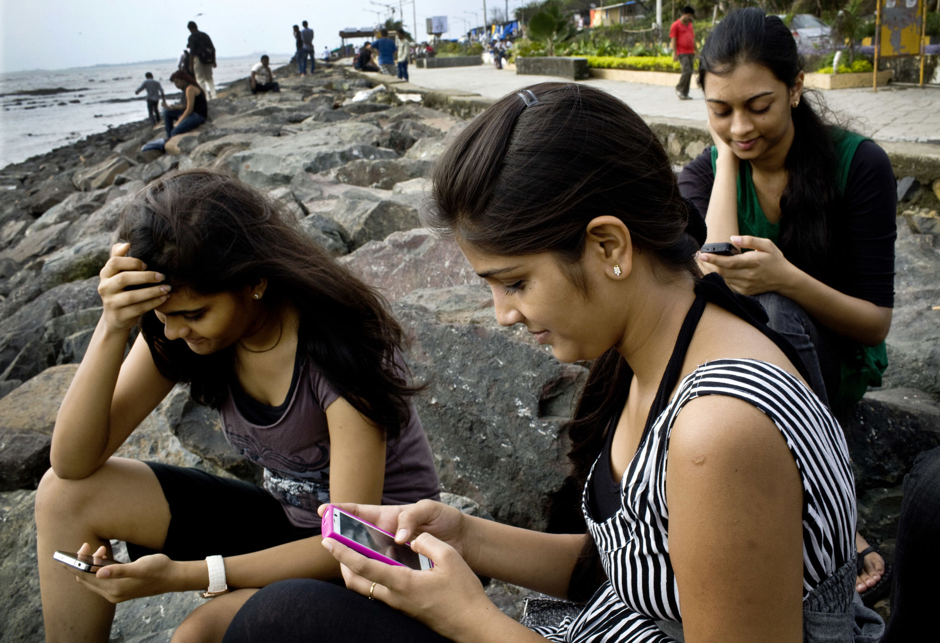 College students in Mumbai, India check their Facebook accounts. Photo by Bloomberg.