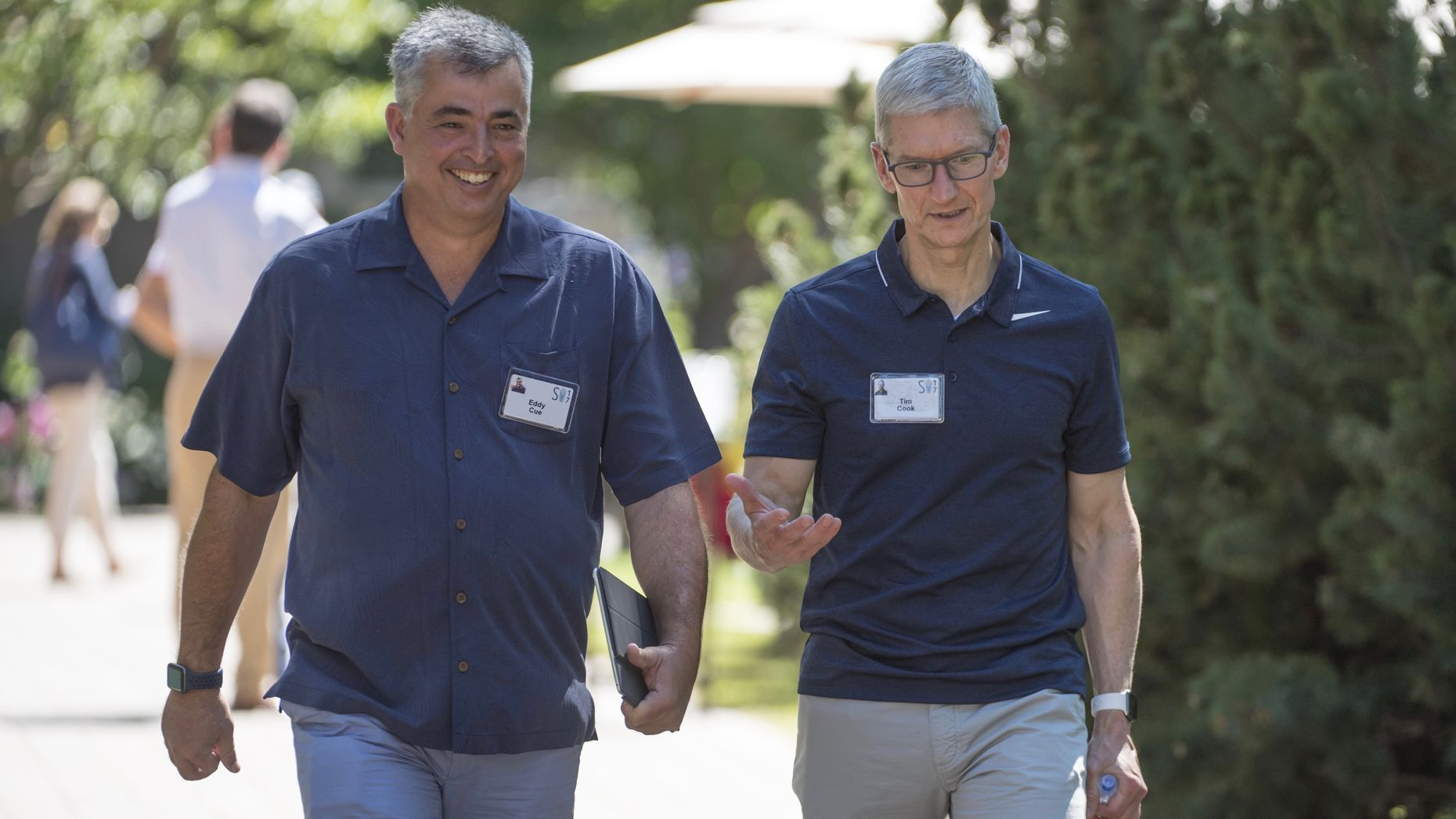 Apple executives Eddy Cue and Tim Cook. Photo by Bloomberg.
