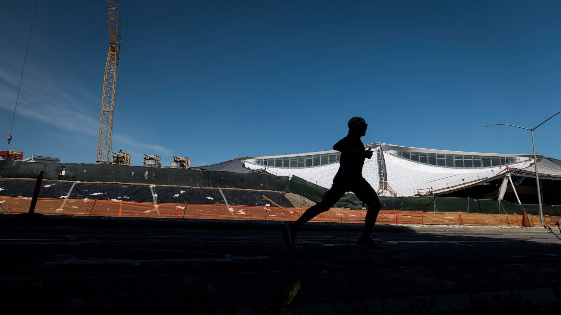 A person runs past a building under construction at the Google campus in Mountain View, California, U.S., on Thursday, May 21, 2020. Photo: Bloomberg