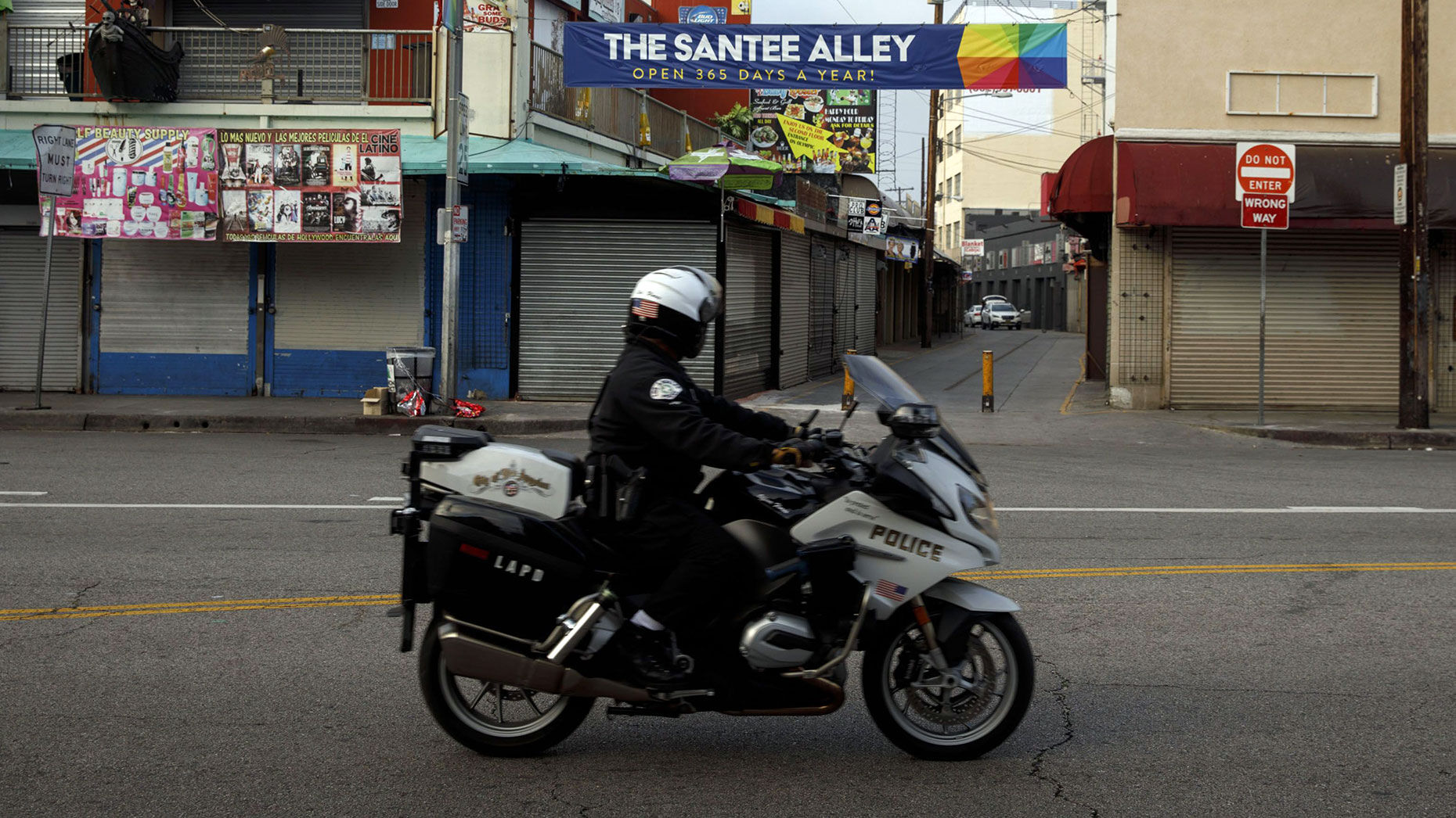 A Los Angeles Police Department (LAPD) officer patrols on a motorbike past on April 1, 2020.  Photo: Bloomberg.